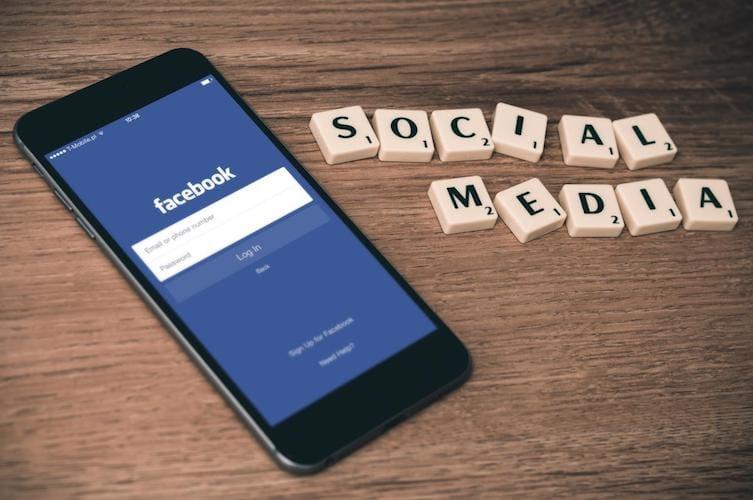 واجهة تطبيق الفيسبوك على الآيفون