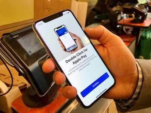 تقريب الجهاز إلى ماكينة الدفع apple pay